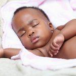 Comment masser bébé pour l'aider à bien dormir