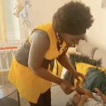 Ruby fait le Damp traditionnel à son fils,  le massage pour bébé